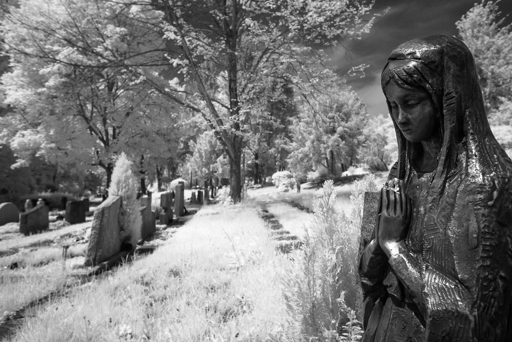 Madonna auf dem Friedhof in Infrarot